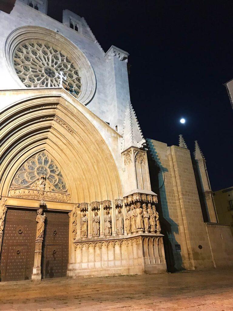 Entrada catedral de tarragona de noche